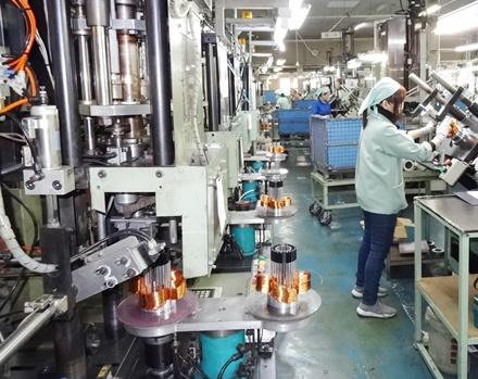 巻線機と作業者の作業工程の画像